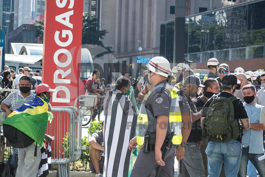 SÃO PAULO, SP, 07.06.2020 - PROTESTO-SP - Manifestantes com uma bandeira do Brasil durante ato em favor do presidente Jair Bolsonaro na Avenida Paulista em São Paulo neste domingo, 07. (Foto: André Ribeiro/Brazil Photo Press/Folhapress)