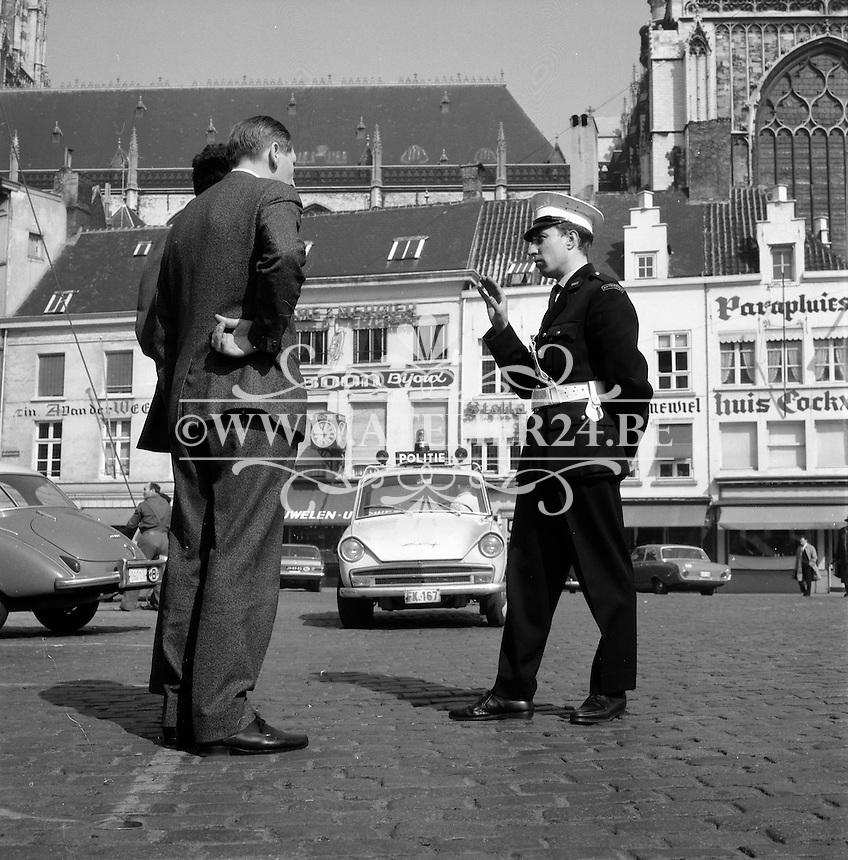Maart 1965. Politie-auto op de Groenplaats in Antwerpen.