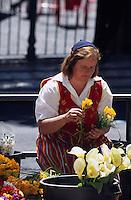 Portugal, Madeira, Blumenverkaeuferin beim Markt Mercado dos Lavradores in Funchal