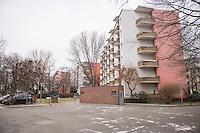 """Mieter protestieren gegen Immobilienkonzern """"Deutsche Wohnen"""".<br /> Mieter der Otto-Suhr-Siedlung im Berliner Stadtteil Kreuzberg sind durch die energetischen Sanierungsmassnahmen des Immobilienkonzern """"Deutsche Wohnen"""" von Mietehoehungen bis zu 50% betroffen. Die Aktiengesellschaft veranschlagt die Sanierungskosten fuer die Mieter damit doppelt so hoch, wie die benachbarte staedtische Wohnungsbaugesellschaft Mitte (WBM).<br /> Nach Aussagen von Mieterinitiativen in der Otto-Suhr-Siedlung sind bis zu 80% der ca. 1000 Wohnungen damit akut gefaehrdet, da sie die Miete nach Abschluss der Modernisierungsarbeiten dann nicht mehr bezahlen koennen oder vom Jobcenter bezahlt bekommen, da sie weit ueber den Saetzen liegen, die uebernommen werden.<br /> Die Mieter haben einen offenen Brief an die Bezierksverordnetenversammlung (BVV) Friedrichshain-Kreuzberg geschrieben und fordern sie darin auf, sie gegen die geplanten energetischen Modernisierungen und die damit verbundenen Mieterhoehungen zu unterstuetzen. """"Der neu gewaehlte Berliner Senat hat eine soziale Wohnungspolitik zum zentralen Wahlkampfthema gemacht. Daher fordern wir, dieses Versprechen einzuloesen"""" so die Mieter.<br /> 8.2.2017, Berlin<br /> Copyright: Christian-Ditsch.de<br /> [Inhaltsveraendernde Manipulation des Fotos nur nach ausdruecklicher Genehmigung des Fotografen. Vereinbarungen ueber Abtretung von Persoenlichkeitsrechten/Model Release der abgebildeten Person/Personen liegen nicht vor. NO MODEL RELEASE! Nur fuer Redaktionelle Zwecke. Don't publish without copyright Christian-Ditsch.de, Veroeffentlichung nur mit Fotografennennung, sowie gegen Honorar, MwSt. und Beleg. Konto: I N G - D i B a, IBAN DE58500105175400192269, BIC INGDDEFFXXX, Kontakt: post@christian-ditsch.de<br /> Bei der Bearbeitung der Dateiinformationen darf die Urheberkennzeichnung in den EXIF- und  IPTC-Daten nicht entfernt werden, diese sind in digitalen Medien nach §95c UrhG rechtlich geschuetzt. Der Urhebervermerk wird gemaess §13 Urh"""