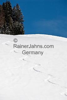 Oesterreich, Salzburger Land, Saalbach-Hinterglemm: beliebtes Skigebiet bei Zell am See, Spur im Tiefschnee | Austria, Salzburger Land, Saalbach-Hinterglemm: popular ski resort near Zell am See, track in deep powder snow