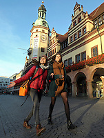 DOK Filmfestival Besucherinnen Anne (24) und Emilie (24, roter Anorak) freuen sich über die letzten Sonnenstrahlen, die den Weg ins Stadtzentrum noch findet. <br />  Foto: Norman Rembarz