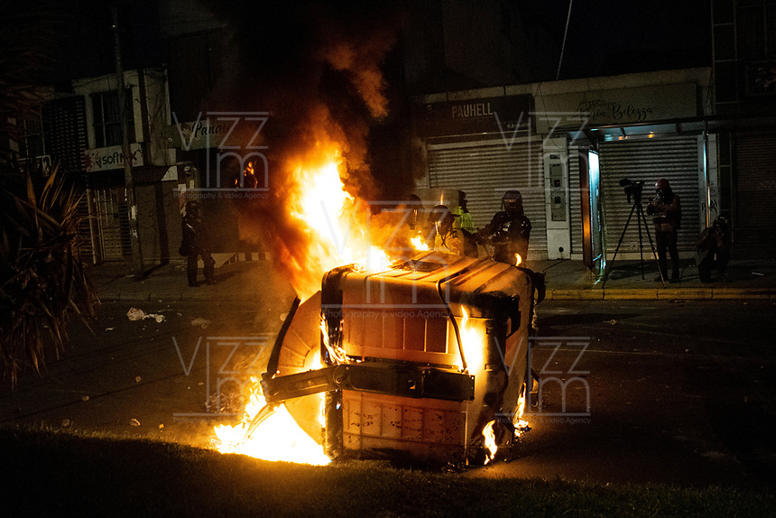 BOGOTA - COLOMBIA, 10-09-2020: Miembros de la Policía retiran un contenedor de basura incendiado durante el segundo día de protestas causadas por el asesinato del abogado Javier Ordoñez, abogado de 46 años, a manos de efectivos de la Policía de Bogotá el pasado miércoles 09 de septiembre de 2020 en el barrio Villa Luz al noroccidente de Bogotá (Colombia). En lo que va corrido del 2020 la alcaldía de Bogotá ha recibido 137 denuncias de abuso policial de las cuales la Policía acusa recibido de 38. / Police members remove a burning garbage container during the second day of protests caused by the murder of lawyer Javier Ordoñez, a 46-year-old lawyer, at the hands of members of the Bogotá Police on Wednesday, September 9, 2020 in Villa Luz neighborhood in the northwest of Bogotá (Colombia). So far in 2020 the Bogotá mayor's office has received 137 complaints of police abuse of which the Police accuse they have received 38. Photo: VizzorImage / Johan Rugeles / Cont