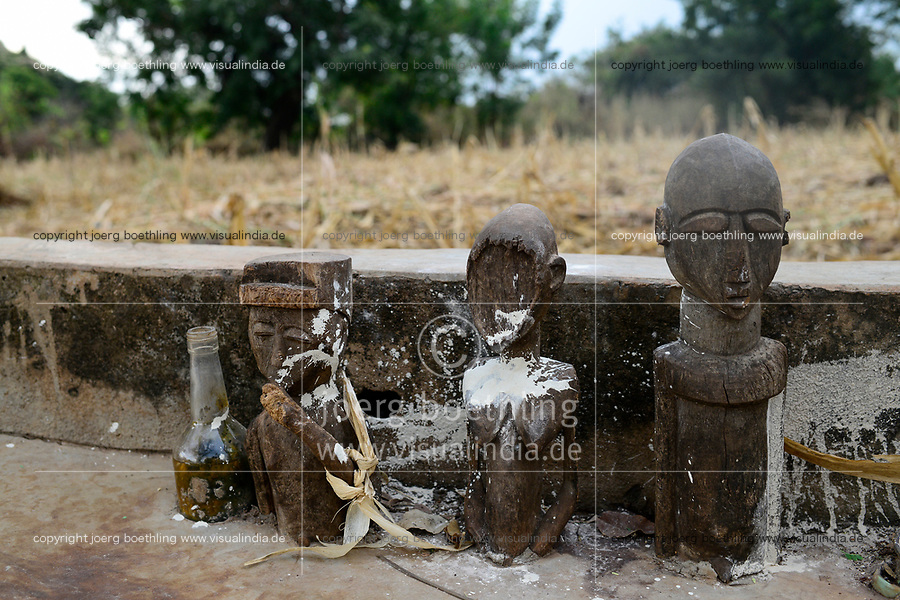 BURKINA FASO , Gaoua, Kampti, Lobi culture, Lobi is an ethnic group and they are animist and worship ancestor spirit, village KWEKWERA ( KOUEKOUERA ), court of fetish maker DA LEPIRTHE , grave of his father with wooden fetish figures / Lobi Ethnie, Lobi sind Animisten und praktizieren Ahnenkulte, Dorf KWEKWERA ( KOUEKOUERA ), am Hof des Fetischmeister DA LEPIRTHE, Grab seines Vaters mit hoelzernen Fetisch Figuren