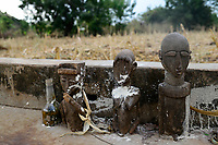BURKINA FASO , Gaoua, Kampti, Lobi culture, Lobi is an ethnic group and they are animist and worship ancestor spirit, village KWEKWERA ( KOUEKOUERA ), court of fetish maker DA LEPIRTHE , grave of his father with wooden fetish figures / Lobi Ethnie, Lobi sind Animisten und praktizieren Ahnenkulte, Dorf KWEKWERA ( KOUEKOUERA ), am Hof des Fetischmeister DA LEPIRTHE, Grab seines Vaters mit hoelzernen Fetisch Figuren