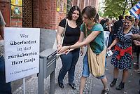 """Protest vor der Senatsverwaltung fuer Gesundheit und Soziales in Berlin fuer eine humanitaere Fluechtlingspolitik in Berlin.<br /> Am Mittwoch den 26.08.2015 protestierten ehrenamtliche Helferinnen und Helfer aus den behelfsmaessigen Erstaufnahmeeinrichtungen und Landesamt fuer Gesundheit und Soziales (LaGeSo) gegen die unhaltbaren Zustaende und die defacto Weigerung der Senatsverwaltung professionell zu helfen. """"Bei jedem Marathon schafft es diese Stadt Toiletten und Duschen fuer mehrere zentausend Menschen aufzustellen, aber bei Fluechtlingen bleibt sie untaetig!"""" so ein Redner. """"Mit Bekanntwerden der sich zunehmend verschlechternden Bedingungen am LaGeSo sind, aufgeschreckt und betroffen von den unmenschlichen Zustaenden, immer mehr Helferinnen und Helfer sowie Spender eingesprungen und haben etwas gezeigt, was Berlin ausmacht: Weltoffenheit, Hilfsbereitschaft und Mitgefuehl. Die Menschen handelten schnell, unbuerokratisch und in ihrer Freizeit, sogar im Urlaub. Wann handeln sie, Herr Czaja?""""<br /> Die Demonstranten forderten den Ruecktritt des Senators - """"Wer ueberfordert ist darf zuruecktreten Herr Czaja"""".<br /> Im Bild: Demonstrantinnen werfen Protestbriefe in den Hausbriefkasten der Senatsverwaltung.<br /> 26.8.2015, Berlin<br /> Copyright: Christian-Ditsch.de<br /> [Inhaltsveraendernde Manipulation des Fotos nur nach ausdruecklicher Genehmigung des Fotografen. Vereinbarungen ueber Abtretung von Persoenlichkeitsrechten/Model Release der abgebildeten Person/Personen liegen nicht vor. NO MODEL RELEASE! Nur fuer Redaktionelle Zwecke. Don't publish without copyright Christian-Ditsch.de, Veroeffentlichung nur mit Fotografennennung, sowie gegen Honorar, MwSt. und Beleg. Konto: I N G - D i B a, IBAN DE58500105175400192269, BIC INGDDEFFXXX, Kontakt: post@christian-ditsch.de<br /> Bei der Bearbeitung der Dateiinformationen darf die Urheberkennzeichnung in den EXIF- und  IPTC-Daten nicht entfernt werden, diese sind in digitalen Medien nach §95c UrhG rechtlich geschuetz"""
