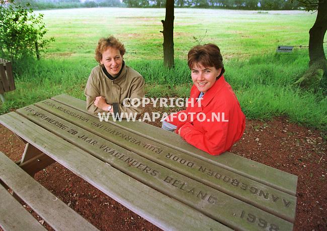 Vragender,21-05-99  Foto:Koos Groenewold (APA)<br /> 2 bestuursleden van het Vragenders belang.Rechts Maria.