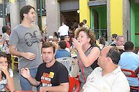 RIO DE JANEIRO, RJ, 04 AGOSTO 2012 -ELEICOES 2012-MARCELO FREIXO - O candidato a Prefeitura do Rio de Janeiro pelo PSOL, Marcelo Freixo, almoca com esposa e militantes na feira da rua do Lavradio antes do encontro com os eleitores, neste sabado, 04 de agosto, no centro do Rio.(FOTO: MARCELO FONSECA / BRAZIL PHOTO PRESS).