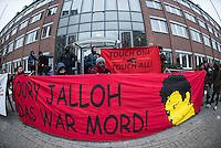 Demonstration in Dessau anlaesslich des 12. Todestages des Fluechtling Oury Jalloh, der am 7. Januar 2005 unter bislang nicht geklaerten Umstaenden in Polizeihaft, in der Zelle gefesselt, bei lebendigem Leib verbrannte.<br /> An der Demonstration beteiligten sich ca. 1.500 Menschen.<br /> Im Bild: Die Demonstration haelt vor Justizzentrum eine Kundgebung ab.<br /> 7.1.2017, Dessau<br /> Copyright: Christian-Ditsch.de<br /> [Inhaltsveraendernde Manipulation des Fotos nur nach ausdruecklicher Genehmigung des Fotografen. Vereinbarungen ueber Abtretung von Persoenlichkeitsrechten/Model Release der abgebildeten Person/Personen liegen nicht vor. NO MODEL RELEASE! Nur fuer Redaktionelle Zwecke. Don't publish without copyright Christian-Ditsch.de, Veroeffentlichung nur mit Fotografennennung, sowie gegen Honorar, MwSt. und Beleg. Konto: I N G - D i B a, IBAN DE58500105175400192269, BIC INGDDEFFXXX, Kontakt: post@christian-ditsch.de<br /> Bei der Bearbeitung der Dateiinformationen darf die Urheberkennzeichnung in den EXIF- und  IPTC-Daten nicht entfernt werden, diese sind in digitalen Medien nach §95c UrhG rechtlich geschuetzt. Der Urhebervermerk wird gemaess §13 UrhG verlangt.]
