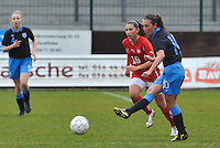 UEFA Women's Under 17 Championship - Second Qualifying round - group 1 : England - Switzerland : .Katie Zelem aan de bal voor Carmen Pulver.foto DAVID CATRY / Vrouwenteam.be