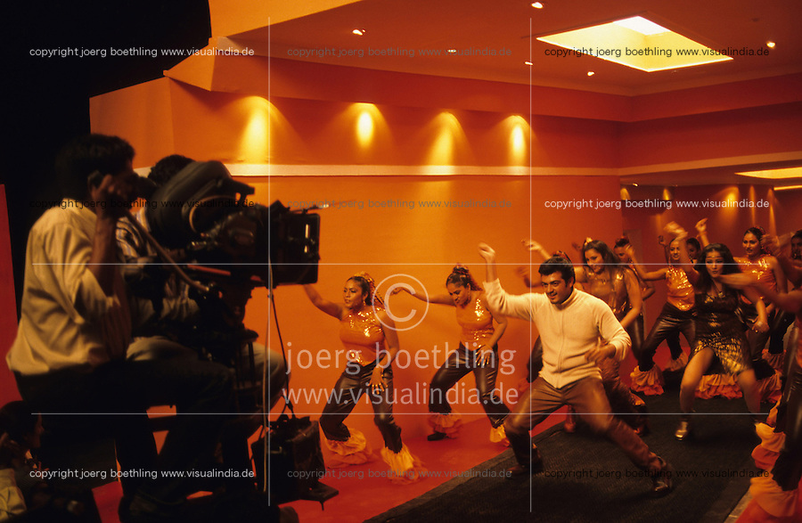 INDIA, Chennai former Madras, Mallywood the tamil film industry, film shooting with actress Meena and Ajith Kumar in AVM studios / INDIEN, Chennai frueher Madras, Filmset mit Ajith Kumar im AVM Filmstudio, die Filmindustrie in Tamil Nadu wird auch Mallywood genannt