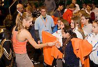 13-12-08, Rotterdam, Reaal Tennis Masters, Arantxa Rus met handtekeningenjagers