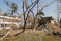 BANGLADESH , cyclone Sidr and high tide destroy villages in Southkhali in District Bagerhat , flood shelter between destroyed trees / BANGLADESCH, der Wirbelsturm Zyklon Sidr und eine Sturmflut zerstoeren Doerfer im Kuestengebiet von Southkhali , Schutzbunker fuer die Bevoelkerung