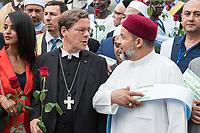 """Der """"Marsch der Muslime gegen Terrorismus"""" am Sonntag den 9. Juli 2017 in Berlin.<br /> Etwa sechzig Imame aus Frankreich und anderen europaeischen Laendern, darunter auch sechs Imame aus Berlin werden ab dem 9. Juli 2017 in europaeische Staedte fahren, wo es in den letzten Jahren besonders schwere islamistisch motivierte Terroranschlaege gegeben hat.In Berlin versammelten sie sich zusammen mit Mitgliedern der christlichen und juedischen Gemeinde an der Kaiser-Wilhelm-Gedaechtnis-Kirche in Berlin-Charlottenburg wo im Dezember 2016 einen Anschlag auf den Weihnachtsmarkt gegeben hatte.<br /> Der franzoesische Imam Hassen Chalghoumi aus dem Pariser Vorort Drancy engagiert sich seit vielen Jahren fuer ein friedliches Miteinander der Religionen, insbesondere im Verhaeltnis der Muslime zum Judentum. Zusammen mit seinem Freund, dem juedischen Schriftsteller Marek Halter, der seit Jahrzehnten in gleicher Weise engagiert ist hat er den """"Marche des musulmans contre le terrorisme"""" initiert. Sie wollen nach Bruessel, Paris, St.-Etienne-du-Rouvray, Toulouse und Nizza und dort oeffentlich fuer die Opfer beten und gegen einen Missbrauch des Islam durch Terroristen und menschenfeindliche Gruppen eintreten.<br /> Die Evangelische Kirche Berlin-Brandenburg-schlesische Oberlausitz unterstuetzt das Anliegen der """"Marche des musulmans contre le terrorisme"""". Der Landesbischof Dr. Markus Droege (Bildmitte) hat an dem Gebet der Muslime auf dem Breitscheidplatz als Gast teilgenommen und einen Segen fuer die Teilnehmer ausgesprochen.<br /> Rechts: Imam M. Taha Sabri von der Dar As-Salam-Moschee in Berlin.<br /> 9.7.2017, Berlin<br /> Copyright: Christian-Ditsch.de<br /> [Inhaltsveraendernde Manipulation des Fotos nur nach ausdruecklicher Genehmigung des Fotografen. Vereinbarungen ueber Abtretung von Persoenlichkeitsrechten/Model Release der abgebildeten Person/Personen liegen nicht vor. NO MODEL RELEASE! Nur fuer Redaktionelle Zwecke. Don't publish without copyright Christian-Ditsch.de, Veroe"""