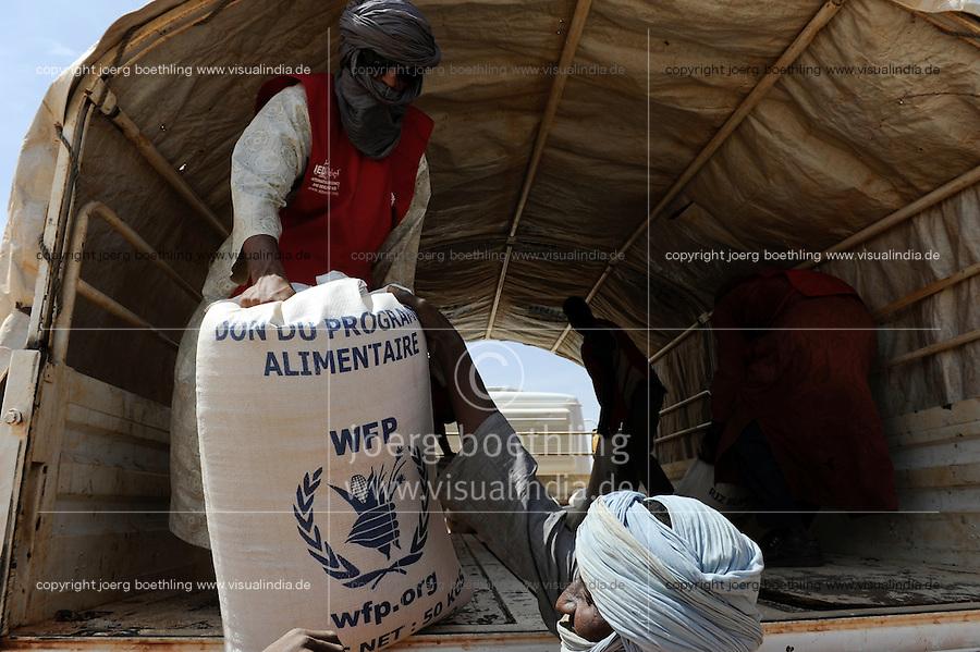 BURKINA FASO Dori , malische Fluechtlinge, vorwiegend Tuaregs, im Fluechtlingslager Goudebo des UN Hilfswerks UNHCR, sie sind vor dem Krieg und islamistischem Terror aus ihrer Heimat in Nordmali geflohen, Verteilung von Nahrungsmittel durch WFP / BURKINA FASO Dori, malian refugees, mostly Touaregs, in refugee camp Goudebo of UNHCR, they fled due to war and islamist terror in Northern Mali  , WEITERE MOTIVE ZU DIESEM THEMA SIND VORHANDEN!! MORE PICTURES ON THIS SUBJECT AVAILABLE!!