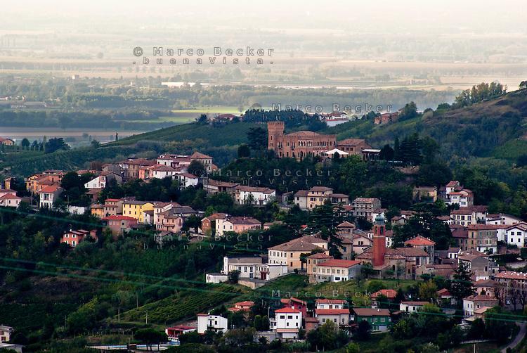 Veduta su Mornico Losana, paese in provincia di Pavia. La pianura padana sullo sfondo --- View over Mornico losana, village in the province of pavia. On the background the padan plain