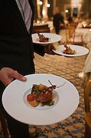 Europe/France/Rhône-Alpes/74/Haute Savoie/ Evian-les-Bains: Service du homard en coque au restaurant: Edouard VII à l'hôtel Evian Royal Resort; recette de Patrice Vander