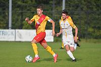Eendracht Wervik - SC Wielsbeke :<br /> Tim Van Den Bogaerde (L) snelt voorbij Ruben D'Hondt (R)<br /> <br /> Foto VDB / Bart Vandenbroucke