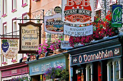 Ireland, County Kerry, Kenmare: Pub signs along High Street   Irland, County Kerry, Kenmare: Pub-Schilder in der High Street