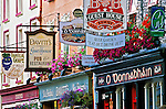 Ireland, County Kerry, Kenmare: Pub signs along High Street | Irland, County Kerry, Kenmare: Pub-Schilder in der High Street