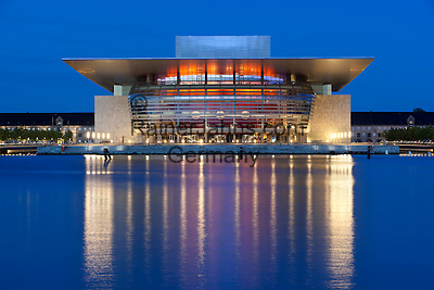 Denmark, Zealand, Copenhagen: Operaen (Opera House) on the banks of the Holmen at dusk | Daenemark, Insel Seeland, Kopenhagen: Die neue Oper von Kopenhagen, Operaen, auf der Insel Holmen zur Abenddaemmerung