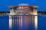 Denmark, Zealand, Copenhagen: Operaen (Opera House) on the banks of the Holmen at dusk | Daenemark, Insel Seeland, Kopenhagen: Die neue Oper von Kopenhagen, Operaen, auf der Insel Holmen zur Abenddaemmerung