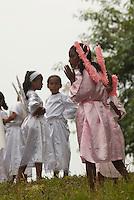Católicos da vila de Caraparu, em Santa Isabel do Pará, prestam sua homenagem à Nossa Senhora da Conceição saindo em procissão fluvial pelo igarapé de memo nome, Caraparu. A devoção a Nossa Senhora da Conceição foi iniciada em 1905. Centenas de promesseiros saem em pequenas canoas a remo, uns pagando promessas se vestem de marujos ou vestem seus filhos de anjinhos.Santa Izabel, Pará, Brasil.Foto Paulo Santos08/12/2009
