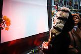 zentrale Trauerveranstaltung in Lemberg, die Portraits der getöteten hängen an provisorischen Wänden die Menschen stellen Kerzen auf / Mourning for the death in Lviv the portraits of the death are hanging on a improvised wall People bring candels.