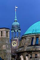 Michel von den Landungsbruecken: EUROPA, DEUTSCHLAND, HAMBURG 25.12.2005: St. Michaelis von den Landungsbuecken aus fotografiert. Dahinter kommt ein Schneeschauer..