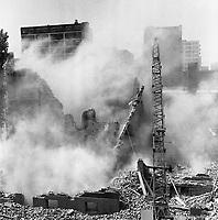 Travaux de démolition de bâtiments sur les rues du Plateau et Winning. <br /> <br />  Florent Charbonneau. - 10 juin 1960.