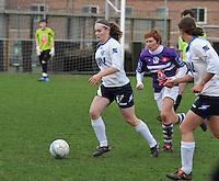 Beerschot AD - KVK Tienen : Sylke Calleeuw aan de bal voor Ilse Laarmans.foto DAVID CATRY / JOKE VUYLSTEKE / Vrouwenteam.be