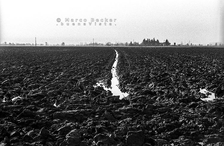 Parco Agricolo Sud Milano presso Gaggiano. Il terreno di un campo arato --- Rural Park South Milan near Gaggiano. The soil of a ploughed field