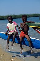 Afrique/Afrique de l'Ouest/Sénégal/Basse-Casamance : Ehidj : Enfants à l'arrivée des pirogues dans les bolons [Non destiné à un usage publicitaire - Not intended for an advertising use]