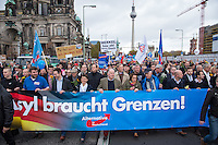 """Bis zu 2500 Anhaenger der Rechtspartei """"Alternative fuer Deutschland"""" (AfD) versammelten sich am Samstag den 7. November 2015 in Berlin zu einer Demonstration. Sie protestierten gegen die Fluechtlingspolitik der Bundesregierung und forderten """"Merkel muss weg"""". Die Demonstration sollte der Abschluss einer sog. """"Herbstoffensive"""" sein, zu der urspruenglich 10.000 Teilnehmer angekuendigt waren.<br /> Mehrere tausend Menschen protestierten gegen den Aufmarsch der Rechten und versuchten an verschiedenen Stellen die Route zu blockieren. Gruppen von AfD-Anhaengern wurden von der Polizei durch Einsatz von Pfefferspray, Schlaege und Tritte durch Gegendemonstranten, die sich an zugewiesenen Plaetzen aufhielten, zur rechten Demonstration gebracht. Zum Teil wurden sie von Neonazis-Hooligans dabei angefeuert. Dabei kam es zu Verletzten, mehrere Gegendemonstranten wurden festgenommen.<br /> Im Bild vlnr. ab 3.vl.:  Marcus Pretzell, AfD-Landesvorsitzender NRW; Frauke Petry, AfD-Vorsitzende; Alexander Gauland, AfD-Landesvorsitzender Brandenburg; Beatrix von Storch, stellv. AfD-Vorsitzende.<br /> 7.11.2015, Berlin<br /> Copyright: Christian-Ditsch.de<br /> [Inhaltsveraendernde Manipulation des Fotos nur nach ausdruecklicher Genehmigung des Fotografen. Vereinbarungen ueber Abtretung von Persoenlichkeitsrechten/Model Release der abgebildeten Person/Personen liegen nicht vor. NO MODEL RELEASE! Nur fuer Redaktionelle Zwecke. Don't publish without copyright Christian-Ditsch.de, Veroeffentlichung nur mit Fotografennennung, sowie gegen Honorar, MwSt. und Beleg. Konto: I N G - D i B a, IBAN DE58500105175400192269, BIC INGDDEFFXXX, Kontakt: post@christian-ditsch.de<br /> Bei der Bearbeitung der Dateiinformationen darf die Urheberkennzeichnung in den EXIF- und  IPTC-Daten nicht entfernt werden, diese sind in digitalen Medien nach §95c UrhG rechtlich geschuetzt. Der Urhebervermerk wird gemaess §13 UrhG verlangt.]"""