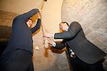 Foto: VidiPhoto<br /> <br /> VALBURG – In navolging van de oproep van christelijke politieke partijen om geen vuurwerk af te steken, maar de kerkklokken te luiden op oudjaarsnacht om twaalf uur, hingen ook kostervrijwilligers Niels Boom en Reijer de Vree van de Hervormde gemeente Valburg-Homoet (Betuwe) in de touwen. De klok van de eeuwenoude dorpskerk van Valburg (14e eeuw) wordt iedere zondag, op feestdagen en bij begrafenissen nog met de hand geluid. Luiden met de hand is een kunst apart, omdat iedere toon even hard moet klinken en er bij het stoppen maar één nagalm mag zijn. De Valburgse kosters beheersen deze kunst als geen ander.