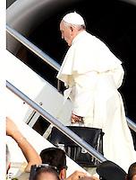 Papa Francesco si imbarca su un aereo per il Brasile, tenendo il suo bagaglio a mano, all'aeroporto internazionale di Roma Fiumicino, 22 luglio 2013. Il Pontefice presiedera' la Giornata Mondiale della Gioventu' a Rio de Janeiro dal 22 al 28 luglio.<br /> Pope Francis holds a hand luggage as he boards a plane to Brazil, at Rome's Fiumicino international airport, 22 July 2013. The pontiff will preside over the World Day of Youth in Rio de Janeiro from 22 to 28 July. <br /> UPDATE IMAGES PRESS<br /> STRICTLY ONLY FOR EDITORIAL USE