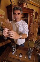 Europe/France/Midi-Pyrénées/12/Aveyron/Millau : Mains chaudes à l'atelier du Gantier - Mr Canillac [Non destiné à un usage publicitaire - Not intended for an advertising use]<br /> PHOTO D'ARCHIVES // ARCHIVAL IMAGES<br /> FRANCE 2000
