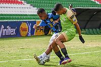 TUNJA - COLOMBIA, 18-04-2021: Nelino Tapia del Chico disputa el balón con Jose Luis Marrufo de Jaguares durante partido por la fecha 19 de la Liga BetPlay DIMAYOR I 2021 entre Boyacá Chicó y Jaguares de Córdoba jugado en el estadio La Independencia de la ciudad de Tunja. / Nelino Tapia of Chico fights for the ball with Jose Luis Marrufo of Jaguares during match for the date 19 of the BetPlay DIMAYOR League I 2021 between Boyaca Chico and Jaguares de Cordoba played at La Independencia stadium in Tunja city. Photo: VizzorImage / Macgiver Baron / Cont