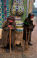 Maz?r-i-Shar?f / Afghanistan.Mendicanti nei pressi della Moschea Blu di Maz?r-i-Shar?f..Foto Livio Senigalliesi..Maz?r-i-Shar?f/ Afghanistan.Beggars near the Blue Mosque in Mazar-i-Sharif .Photo Livio Senigalliesi