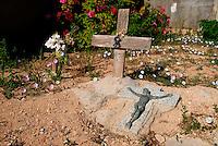 Lampedusa / Italia.Tombe senza nome degli immigrati deceduti durante la traversata o annegati in mare. Le spoglie sono raccolte in un angolo del cimitero dell'isola..Foto Livio Senigalliesi
