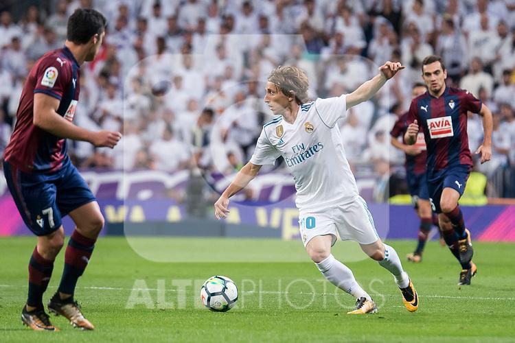 Real Madrid Luka Modric and Eibar Ander Capa and Gonzalo Escalante during La Liga match between Real Madrid and Eibar at Santiago Bernabeu Stadium in Madrid, Spain. October 22, 2017. (ALTERPHOTOS/Borja B.Hojas)
