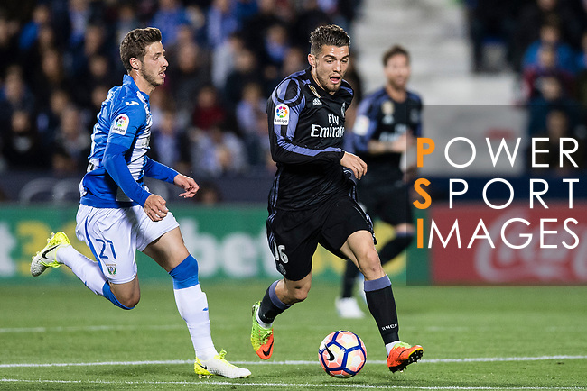 Mateo Kovacic (r) of Real Madrid is challenged by Ruben Perez of Deportivo Leganes during their La Liga match between Deportivo Leganes and Real Madrid at the Estadio Municipal Butarque on 05 April 2017 in Madrid, Spain. Photo by Diego Gonzalez Souto / Power Sport Images