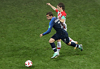 MOSCU - RUSIA, 15-07-2018: Antoine GRIEZMANN (Izq) jugador de Francia disputa el balón con Luka MODRIC (C) (Der) jugador de Croacia durante partido por la final de la Copa Mundial de la FIFA Rusia 2018 jugado en el estadio Luzhnikí en Moscú, Rusia. / Antoine GRIEZMANN (L) player of France fights the ball with Luka MODRIC (C) (R) player of Croatia during match of the final for the FIFA World Cup Russia 2018 played at Luzhniki Stadium in Moscow, Russia. Photo: VizzorImage / Cristian Alvarez / Cont
