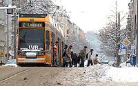 Nach ergiebigem Schneefall in den letzten Tagen sind die Leipziger Starßen noch  immer voll von Schnee. Die Beräumung dauert an. Beräumungszustand in Leipzig Schleußig - im Bild:   Feature - Fahrgastsicherheit beim Ein/ Aussteigen - Könneritzstraße / Industriestraße - Haltestelle Straßenbahn / Linie 2.   Foto: Norman Rembarz..Norman Rembarz , Autorennummer 41043728 , Holbeinstr. 14, 04229 Leipzig, Tel.: 01794887569, Hypovereinsbank: BLZ: 86020086, KN: 357889472, St.Nr.: 231/261/06432 - Jegliche kommerzielle Nutzung ist honorar- und mehrwertsteuerpflichtig! Persönlichkeitsrechte sind zu wahren. Es wird keine Haftung übernommen bei Verletzung von Rechten Dritter. Autoren-Nennung gem. §13 UrhGes. wird verlangt. Weitergabe an Dritte nur nach  vorheriger Absprache..