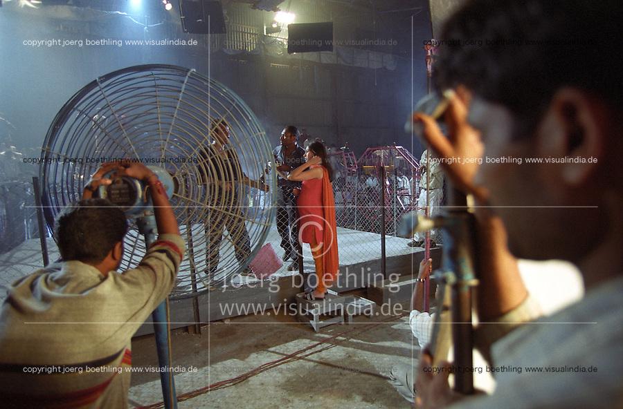 INDIEN Bombay , Bollywood Filmproduktion Rishtey mit Filmstar Anil Kapoor und Karishma Kapoor in Filmstudio Filmalaya / INDIA Mumbai Bombay, Bollywood, film set for Rishtey with movie star Anil Kapoor und actress Karishma Kapoor in Filmalaya studio