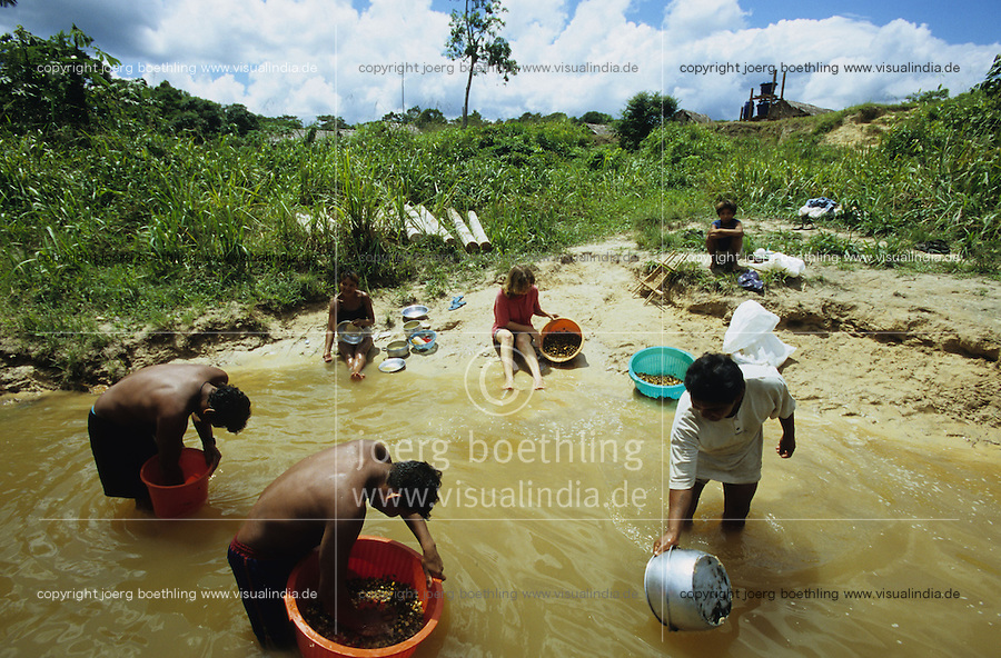 "Südamerika Lateinamerika Amerika Brasilien Amazonas  Indianer vom Stamm der Madiha auch Kulina im Indianerdorf Sossego am Fluß Baú ein Nebenfluß des Juruá und deutsche Ärztin Entwicklungshelfer Christiane Tiss bauen gemeinsam Wasserfilter -  Entwicklung deutsch Entwicklungshilfe Zusammenarbeit Kooperation Hilfe Mission Wasser Trinkwasser sauber sauberes Hygiene Gesundheit trinken  Indigene Völker Stammesvolk Stammesvölker Naturvolk Indios Indianer Menschen Urwald Regenwald Tropen Amazonien xagndaz | .South America Latinamerica Brazil indigenous people tribals tribal tribe Madiha or Kulina indios indians and german doctor build construct water filter for safe drinking water in village Sossego at river Baú a branch of river Juruá in rainforest jungle in state amazon health development missionary aid develop help cooperation | .[copyright  (c) agenda / Joerg Boethling , Veroeffentlichung nur gegen Honorar und Belegexemplar an / royalties to: agenda  Rothestr. 66  D-22765 Hamburg  ph. ++49 40 391 907 14   e-mail: boethling@agenda-fototext.de   www.agenda-fototext.de  Bank: Hamburger Sparkasse BLZ 200 505 50 kto. 1281 120 178  IBAN: DE96 2005 0550 1281 1201 78 BIC: ""HASPDEHH""] [#0,26,121#]"