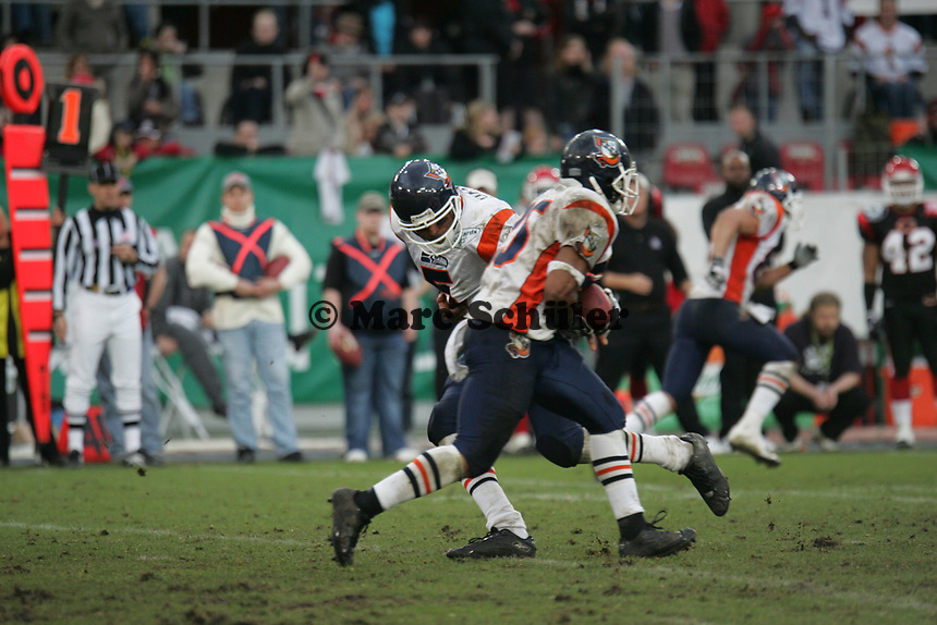 Gibran Hamdan (Quarterback) ¸bergibt den Ball an Larry Croom (Runningback, beide  Amsterdam Admirals)