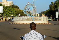 BURKINA FASO, capital Ouagadougou, traffic, roundabout with the globe the symbol of UN / Kreisverkehr mit dem Globus, dem Symbol der UN