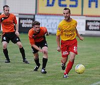 OMS Ingelmunster - SV Oostkamp.Bart Dendievel aan de bal met naast zich Kristof Lagast (midden).foto VDB / BART VANDENBROUCKE