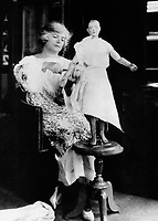 La couturiere Madeleine Vionnet (1876-1975)  travaille sur un mannequin en bois pour ses nouvelles creations vers 1930   --- Madeleine Vionnet (1876-1975) used a wooden dummy to create her fashion designs c. 1930